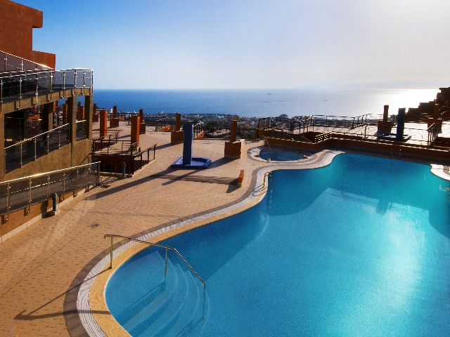🏨 atlantic holiday center - apartments hotel - tenerife travel guide Poolside bar           Pool - children